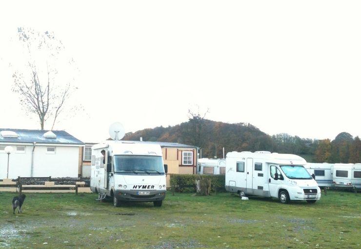 stellplatz am campingplatz promobil. Black Bedroom Furniture Sets. Home Design Ideas